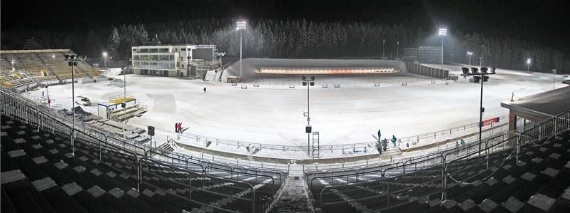Celkový pohled na osvětlenou Vysočina Arenu. Na tribuny stadionu se vejde 18 tisíc diváků, kteří budou mít ten nejatraktivnější výhled na střelnici. Dalších sedm tisíc lidí by se mohlo rozprostřít kolem trati.
